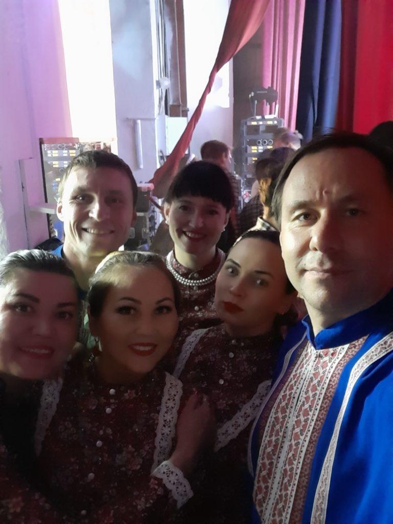 Народный ансамбль Дубрава за кулисами перед выходом